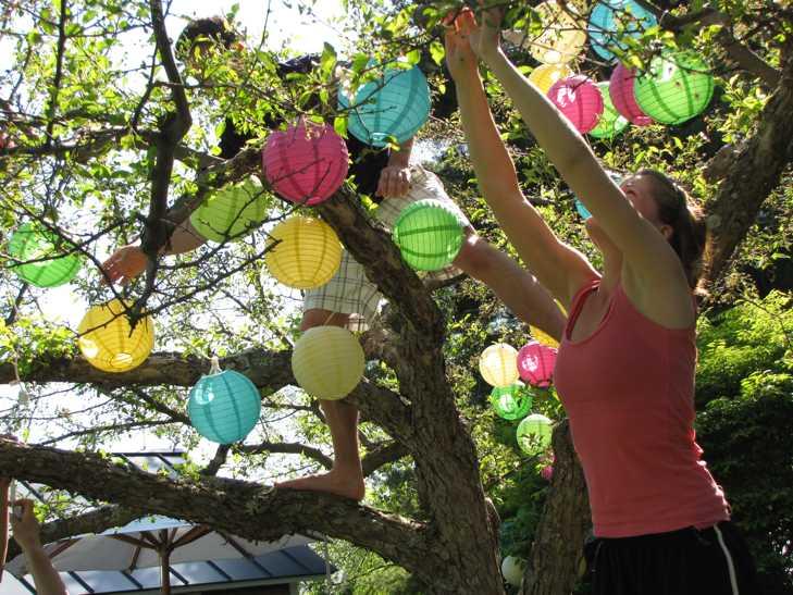 Ben and Em hang lanterns